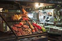Мясо на гриле на сетке приготовления на рынке в Аргентине — стоковое фото