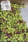 Olive fresche al mercato di Atene, Grecia — Foto stock