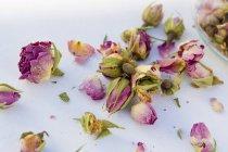 Вид крупным планом на сухие лепестки роз и цветы — стоковое фото