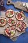 Torta de tomate no prato com papel e pano de cozimento sobre a mesa — Fotografia de Stock