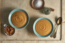 Sopa de zanahoria cremosa en tazones con croutons - foto de stock