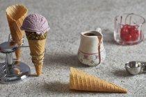 Conos de helado en un soporte de cono - foto de stock