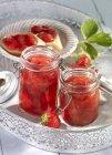 Erdbeermarmelade in Gläsern — Stockfoto