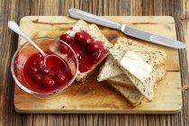 Tostadas con mermelada de cereza y mantequilla - foto de stock
