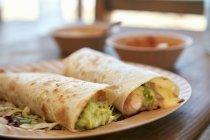 Vista del primo piano di gamberetti Burritos su piastra — Foto stock