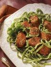 Сосиски и пасты шпинатом — стоковое фото