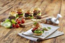 Mini hamburger con lattuga — Foto stock
