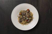 Linguine mit Muscheln, Zucchini und Speck — Stockfoto