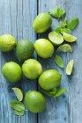 Limes e foglie di menta — Foto stock