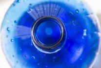 Вид сверху на голубую бутылку с водой — стоковое фото