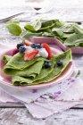 Frittelle di spinaci con le bacche — Foto stock
