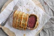 Ternera asada en rebanadas en pastelería - foto de stock