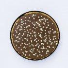 Primo piano vista dall'alto di Tarte au chocolat decorato con piccole stelle bianche — Foto stock