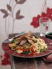 Tagliatelle fritte con anatra — Foto stock