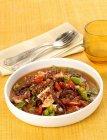 Polpo affogato-(polipo brasato con verdure sulla zolla bianca sopra asciugamano con forchetta e cucchiaio — Foto stock