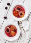 Gros plan vue de dessus de fruits pochés à la vanille — Photo de stock