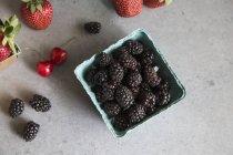 Mûres aux fraises et cerises — Photo de stock