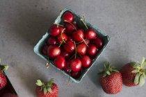 Fresh cherries and strawberries — Stock Photo