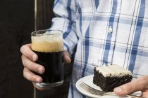 Человек Холдинг кусочек торта — стоковое фото
