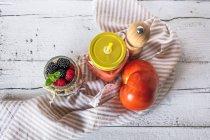 Soupe de tomates en pot avec muesli en pot — Photo de stock