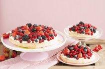 Крупним планом подання торти ягідні з лимонним кремом — стокове фото