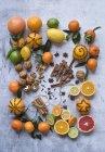 Цитрусові фрукти, горіхи і спеції — стокове фото