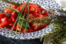Pesce e patatine fritte con insalata di fiori — Foto stock