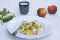 Reis-Nudel-Salat mit Pfirsichen — Stockfoto