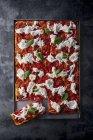 Pizza aux tomates sur plateau — Photo de stock