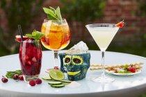Violette Cocktails in Gläsern — Stockfoto