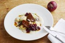 Guanciale di manzo con pasta dei ravioli di sedano rapa — Foto stock
