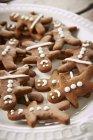 Figuras de pan de jengibre en plato - foto de stock