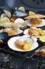 Almejas a la plancha con limón - foto de stock