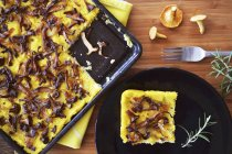 Polenta-Kuchen mit Pilzen — Stockfoto