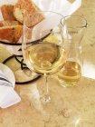 Скло та глечиком вина — стокове фото