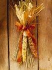 Maiskolben an Holzwand — Stockfoto