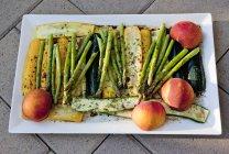Verdure marinate e frutta per grigliare sulla zolla bianca — Foto stock