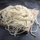 Pastas frescas crudas de espagueti sin cocer - foto de stock