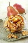 Peras caramelizadas con nueces - foto de stock