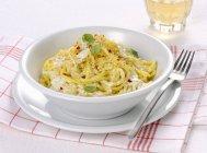 Spaghetti Nudeln mit Burrata-Käse — Stockfoto