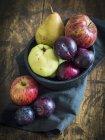 Frutta di autunno in ciotola — Foto stock