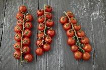 Tomates rojos de cereza - foto de stock