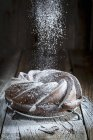 Torta di Bundt sulla tavola di legno — Foto stock