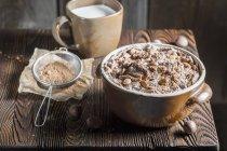 Vista del primo piano di cioccolato fatto in casa con le noci — Foto stock