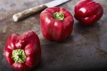 Свіжий червоний перець з ножем — стокове фото