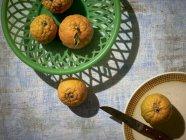 Oranges fraîches dans le panier vert — Photo de stock