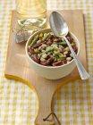 Salada de feijão na tigela — Fotografia de Stock
