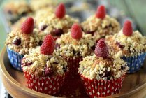 Raspberry muffins with crumble topping — Stock Photo