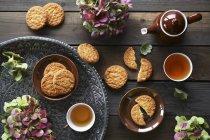Кокосове печиво, чай — стокове фото