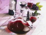 Carafe de vinho tinto — Fotografia de Stock